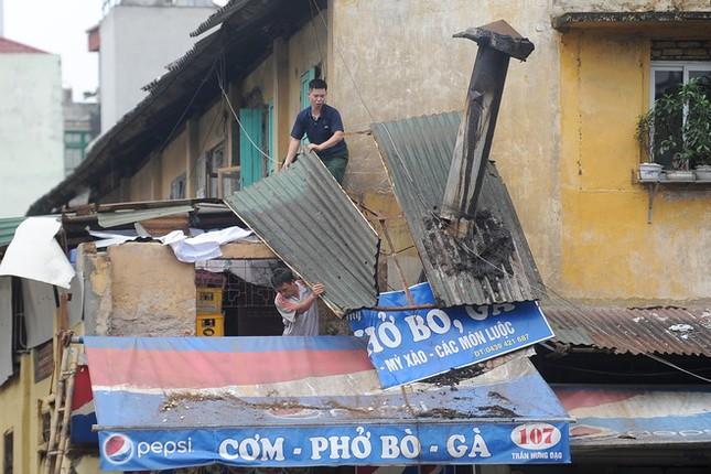 Người Hà Nội tất bật dọn dẹp sau trận mưa dông ảnh 7