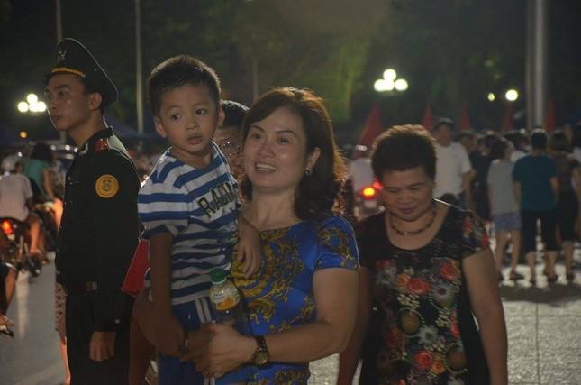 Người dân náo nức đêm trước lễ diễu binh, diễu hành ảnh 6