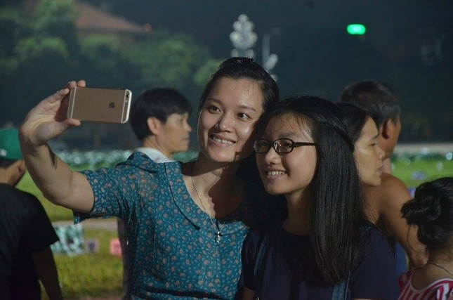 Người dân náo nức đêm trước lễ diễu binh, diễu hành ảnh 14