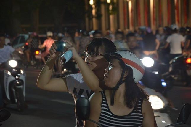 Người dân náo nức đêm trước lễ diễu binh, diễu hành ảnh 12
