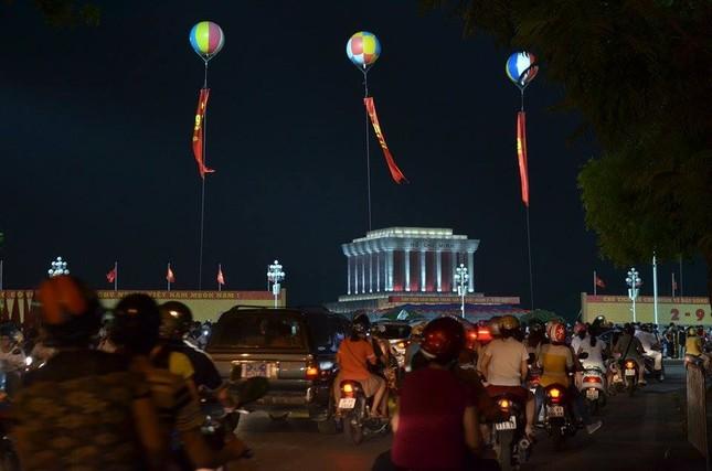Người dân náo nức đêm trước lễ diễu binh, diễu hành ảnh 4