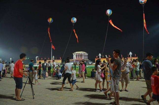 Người dân náo nức đêm trước lễ diễu binh, diễu hành ảnh 9