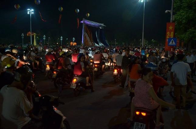Người dân náo nức đêm trước lễ diễu binh, diễu hành ảnh 1