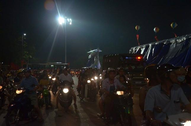 Người dân náo nức đêm trước lễ diễu binh, diễu hành ảnh 2
