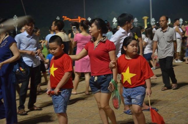 Người dân náo nức đêm trước lễ diễu binh, diễu hành ảnh 7