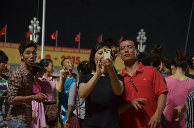 Người dân náo nức đêm trước lễ diễu binh, diễu hành ảnh 11