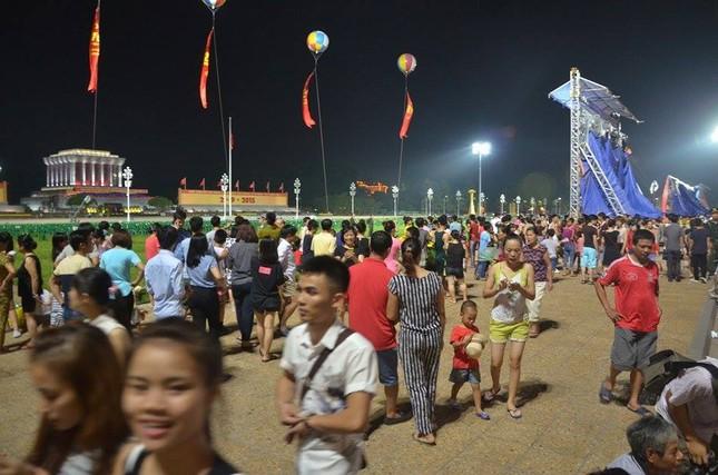 Người dân náo nức đêm trước lễ diễu binh, diễu hành ảnh 8