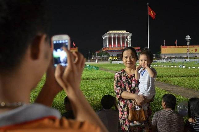 Người dân náo nức đêm trước lễ diễu binh, diễu hành ảnh 10