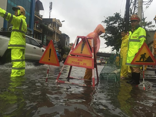 Nhiều khu vực Hà Nội ngập sâu sau bão ảnh 6