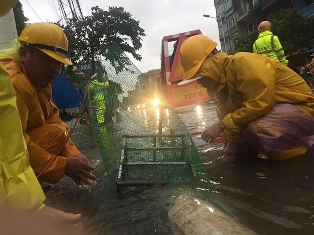 Nhiều khu vực Hà Nội ngập sâu sau bão ảnh 7