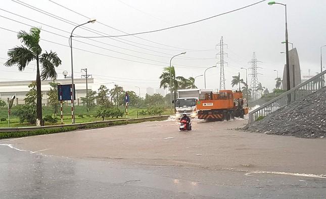 Nhiều khu vực Hà Nội ngập sâu sau bão ảnh 11