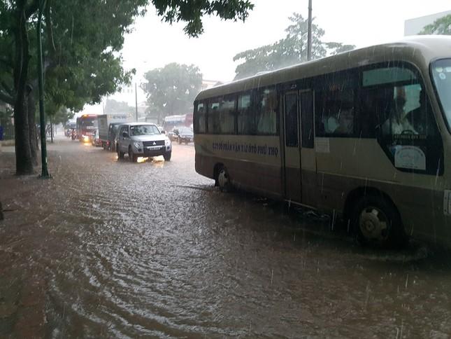Nhiều khu vực Hà Nội ngập sâu sau bão ảnh 10