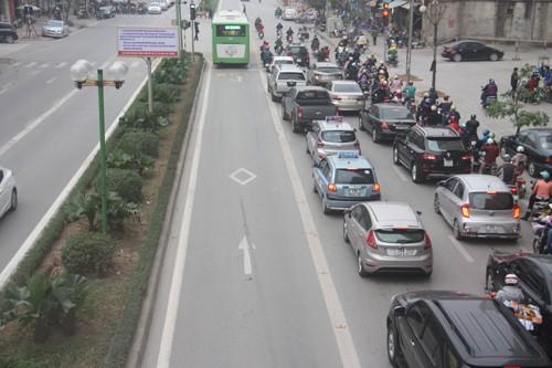 Ôtô xếp hàng dài nhường đường xe buýt nhanh ảnh 2