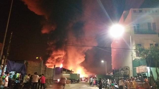 Công ty nhựa ở Hải Phòng cháy ngùn ngụt, khói lửa mù trời ảnh 1