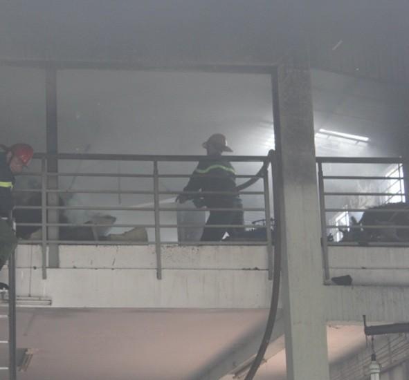 Cháy công ty, cả khu dân cư náo loạn ảnh 2