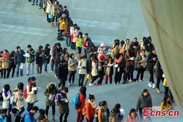 Sinh viên xếp hàng trăm mét vào thư viện ảnh 4