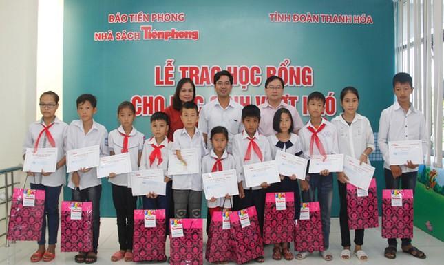 Nhà sách Tiền Phong trao học bổng cho học sinh vượt khó ảnh 2
