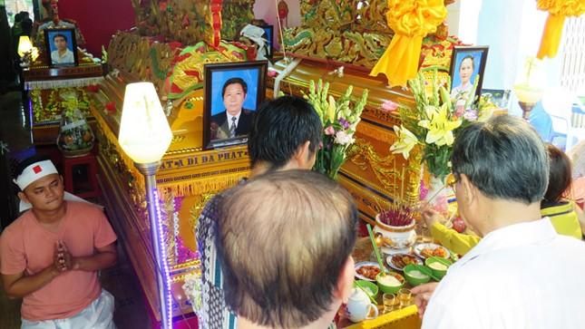 Lãnh đạo Cà Mau viếng 6 nạn nhân thiệt mạng trong vụ cháy nhà ảnh 2