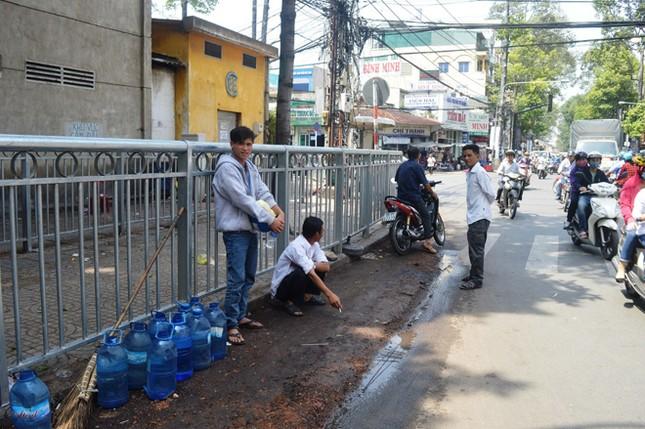 Dựng 'ma trận' hàng rào trên vỉa hè Sài Gòn rồi... chỉnh sửa ảnh 11