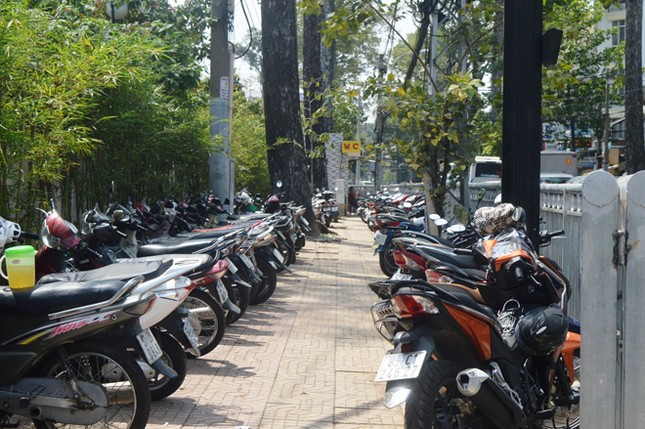 Dựng 'ma trận' hàng rào trên vỉa hè Sài Gòn rồi... chỉnh sửa ảnh 12