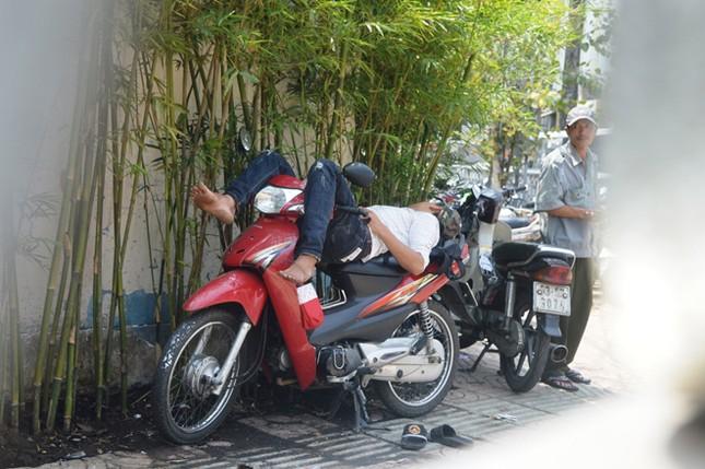 Dựng 'ma trận' hàng rào trên vỉa hè Sài Gòn rồi... chỉnh sửa ảnh 13