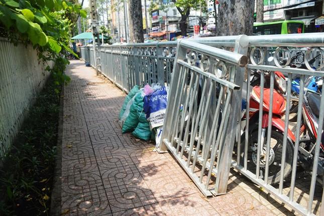 Dựng 'ma trận' hàng rào trên vỉa hè Sài Gòn rồi... chỉnh sửa ảnh 14