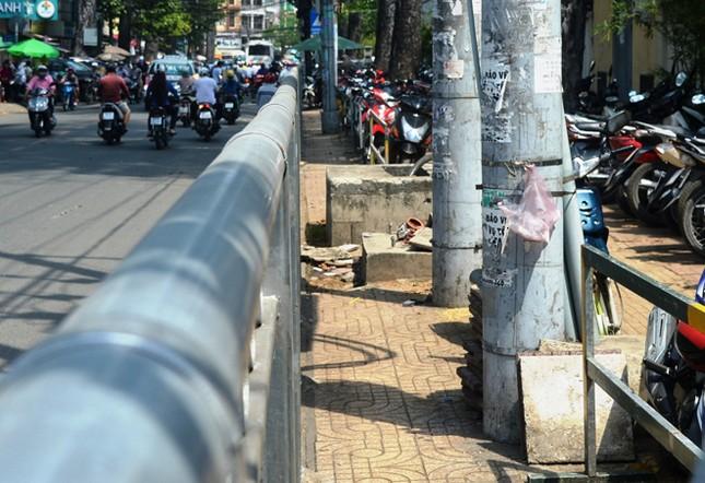 Dựng 'ma trận' hàng rào trên vỉa hè Sài Gòn rồi... chỉnh sửa ảnh 15