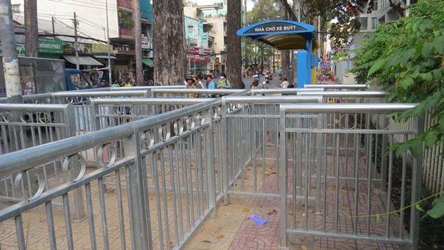 Dựng 'ma trận' hàng rào trên vỉa hè Sài Gòn rồi... chỉnh sửa ảnh 1