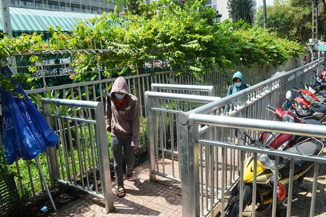 Dựng 'ma trận' hàng rào trên vỉa hè Sài Gòn rồi... chỉnh sửa ảnh 2
