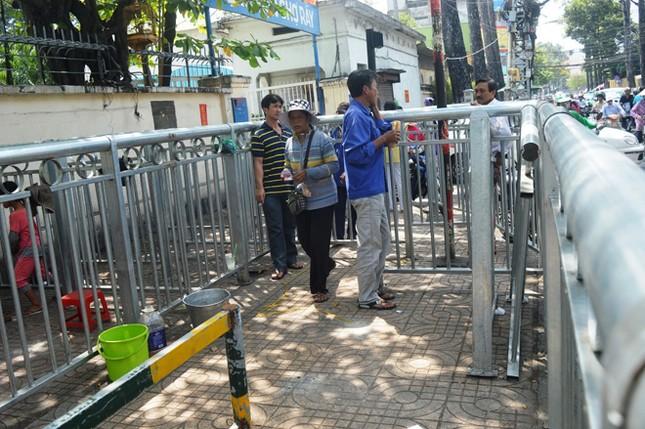 Dựng 'ma trận' hàng rào trên vỉa hè Sài Gòn rồi... chỉnh sửa ảnh 3