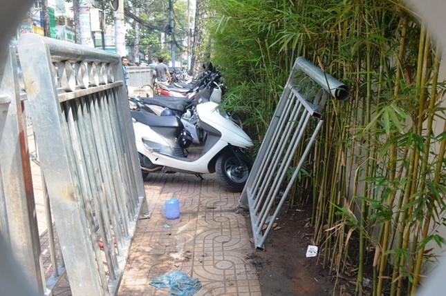 Dựng 'ma trận' hàng rào trên vỉa hè Sài Gòn rồi... chỉnh sửa ảnh 4