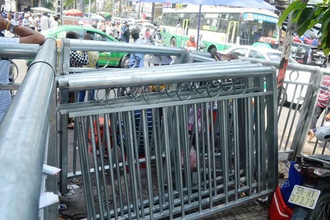 Dựng 'ma trận' hàng rào trên vỉa hè Sài Gòn rồi... chỉnh sửa ảnh 5