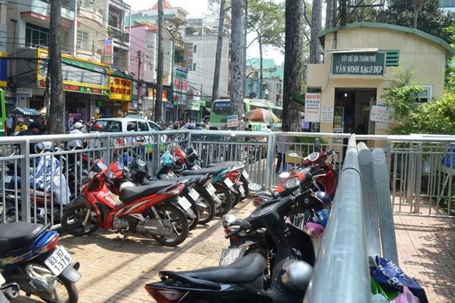Dựng 'ma trận' hàng rào trên vỉa hè Sài Gòn rồi... chỉnh sửa ảnh 6