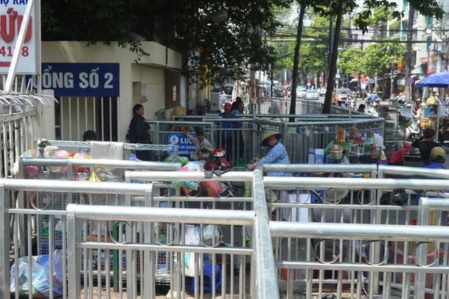 Dựng 'ma trận' hàng rào trên vỉa hè Sài Gòn rồi... chỉnh sửa ảnh 7