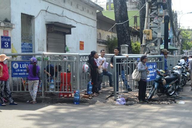Dựng 'ma trận' hàng rào trên vỉa hè Sài Gòn rồi... chỉnh sửa ảnh 9