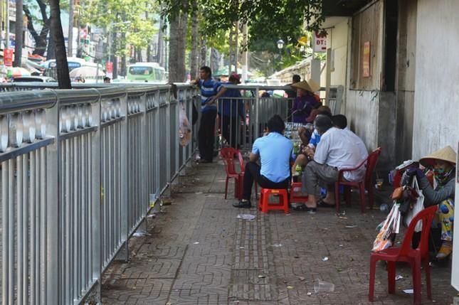 Dựng 'ma trận' hàng rào trên vỉa hè Sài Gòn rồi... chỉnh sửa ảnh 10