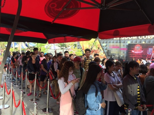 Hàng nghìn khán giả xếp hàng chờ đợi để mua album của Sơn Tùng ảnh 1