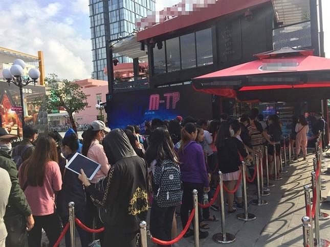 Hàng nghìn khán giả xếp hàng chờ đợi để mua album của Sơn Tùng ảnh 2