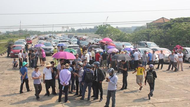 Trạm thu phí xả cổng tránh ùn tắc do người dân dùng tiền lẻ mua vé ảnh 1