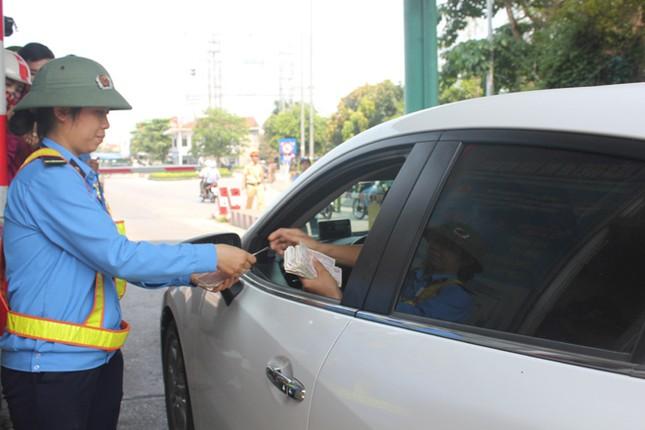 Trạm thu phí xả cổng tránh ùn tắc do người dân dùng tiền lẻ mua vé ảnh 2