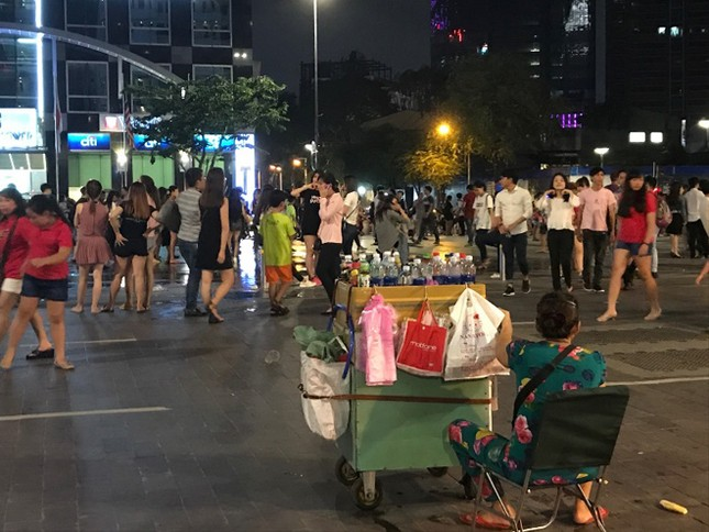 Hàng rong vẫn bủa vây phố đi bộ Nguyễn Huệ ở TP.HCM ảnh 2