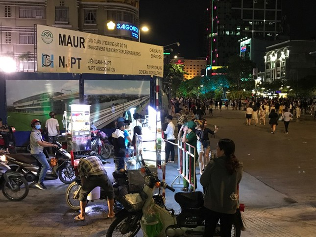 Hàng rong vẫn bủa vây phố đi bộ Nguyễn Huệ ở TP.HCM ảnh 5