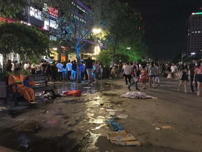 Hàng rong vẫn bủa vây phố đi bộ Nguyễn Huệ ở TP.HCM ảnh 7