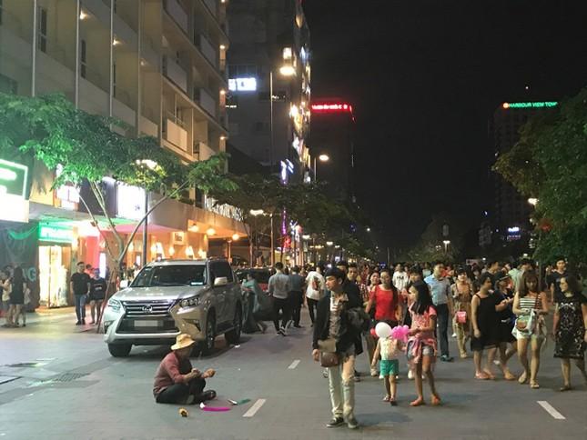 Hàng rong vẫn bủa vây phố đi bộ Nguyễn Huệ ở TP.HCM ảnh 8