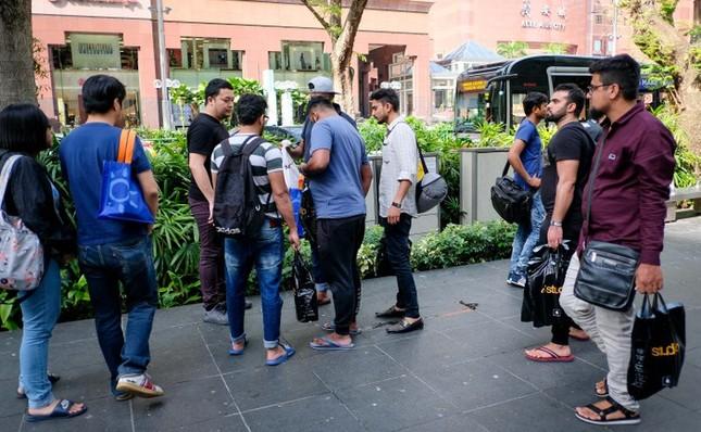 Apple Store thành 'chợ trời' mua bán iPhone XS của người Việt ảnh 9