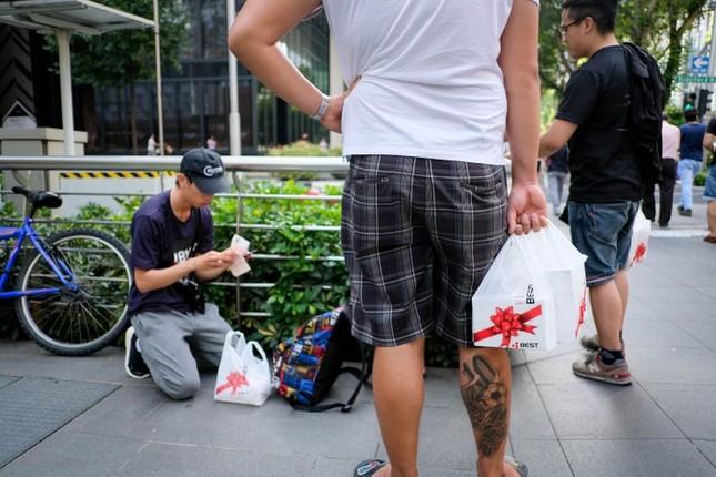 Apple Store thành 'chợ trời' mua bán iPhone XS của người Việt ảnh 15