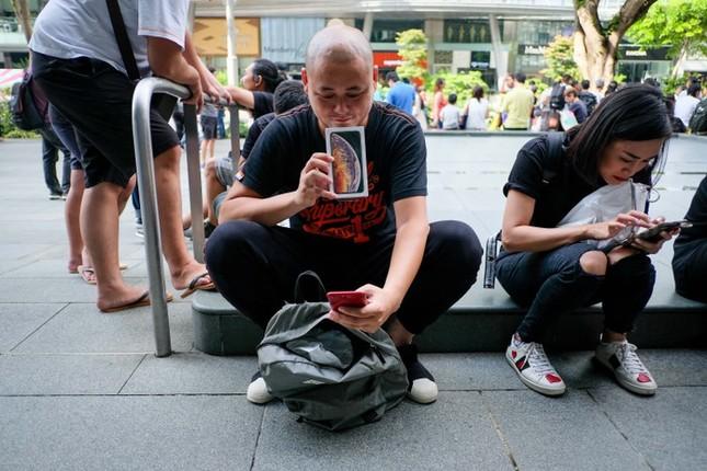 Apple Store thành 'chợ trời' mua bán iPhone XS của người Việt ảnh 16