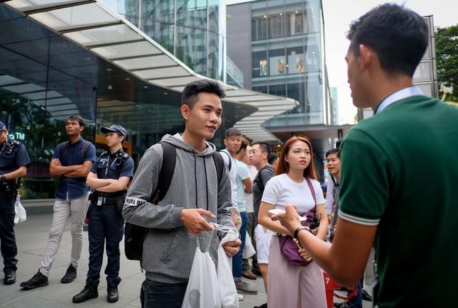 Apple Store thành 'chợ trời' mua bán iPhone XS của người Việt ảnh 1