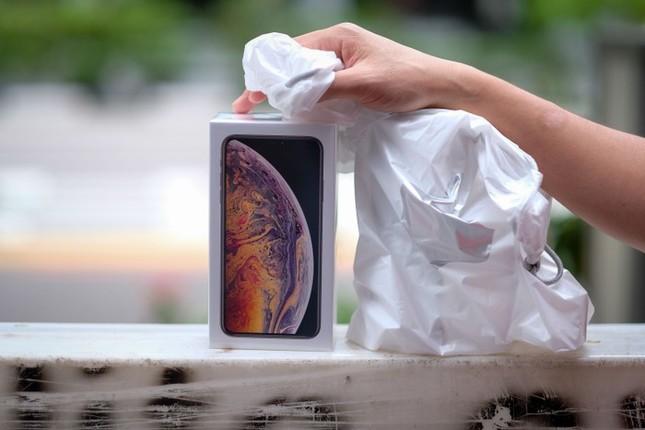 Apple Store thành 'chợ trời' mua bán iPhone XS của người Việt ảnh 2