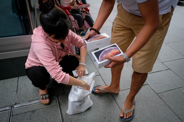 Apple Store thành 'chợ trời' mua bán iPhone XS của người Việt ảnh 5
